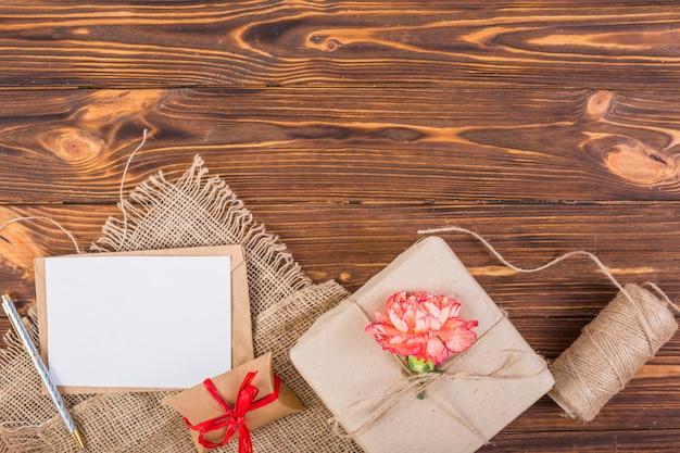 Carta de quadro com caixas de presentes