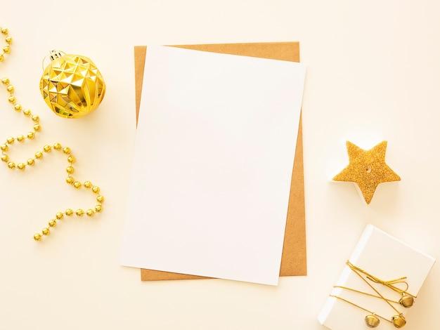 Carta de votos de felicidades de natal e ano novo com espaço de cópia e caixa de presente artesanal.