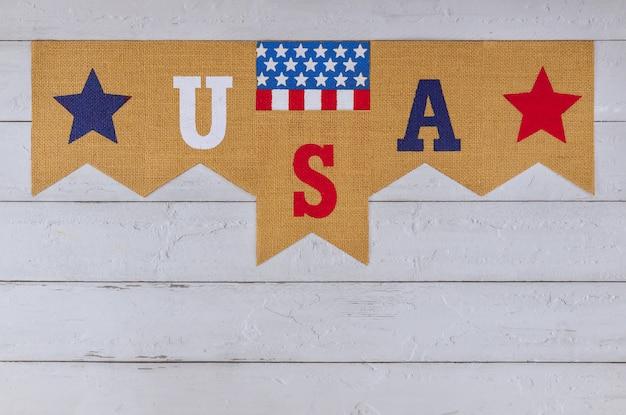 Carta decorada dos eua com o feriado federal de patriotismo do dia do trabalho memorial day da bandeira americana na velha mesa de madeira