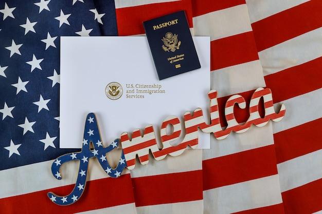 Carta dos serviços de cidadania e imigração dos eua de naturalização com bandeira dos eua