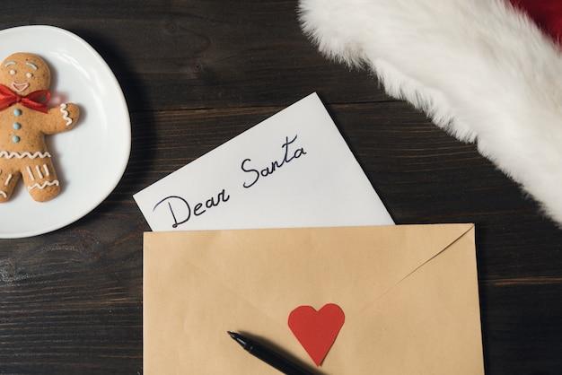 Carta para o papai noel em um envelope, caneta