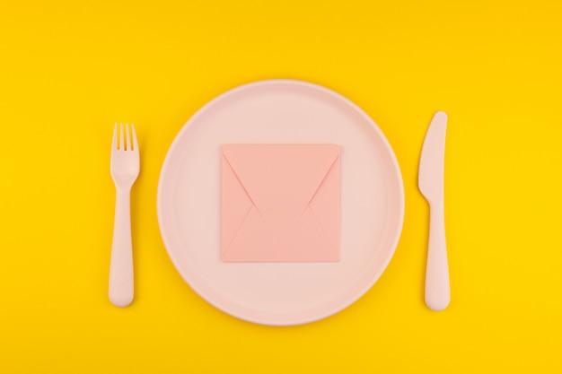 Carta rosa na mesa de servir. conceito romântico