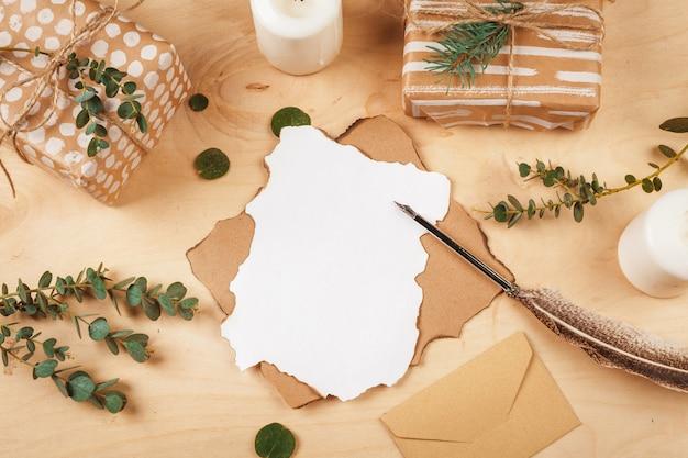 Carta sazonal com uma caneta de pena de penas vintage na madeira