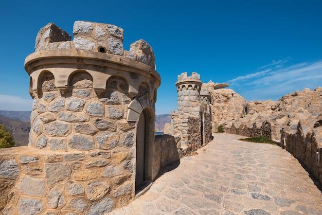 Cartagena, espanha: la azohia abandonou o forte militar em cartagena, múrcia, espanha.
