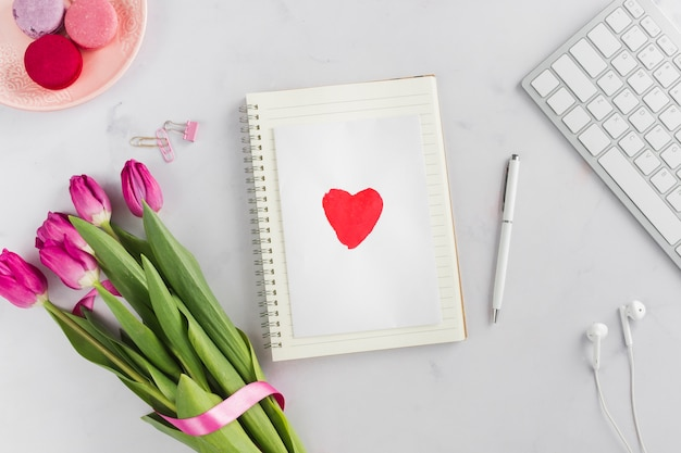 Cartão adorável coração com buquê de tulipa