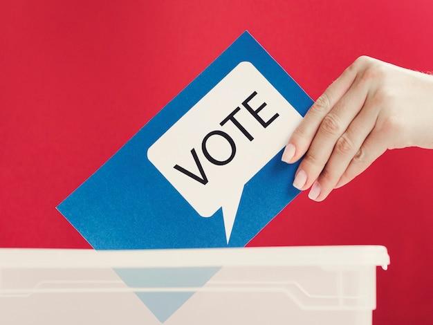 Cartão azul de close-up com bolha do discurso de votação na caixa
