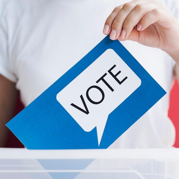 Cartão azul de close-up com bolha do discurso de votação