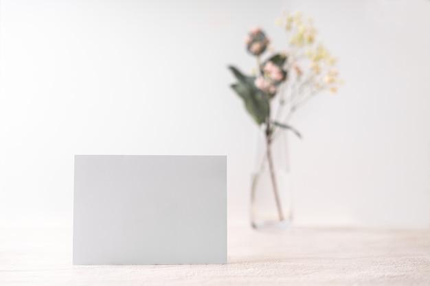 Cartão branco carta em branco. carta de amor romântica, convite com flores, cópia espaço para texto