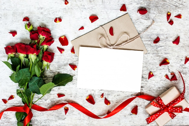 Cartão branco em branco com buquê de rosas vermelhas