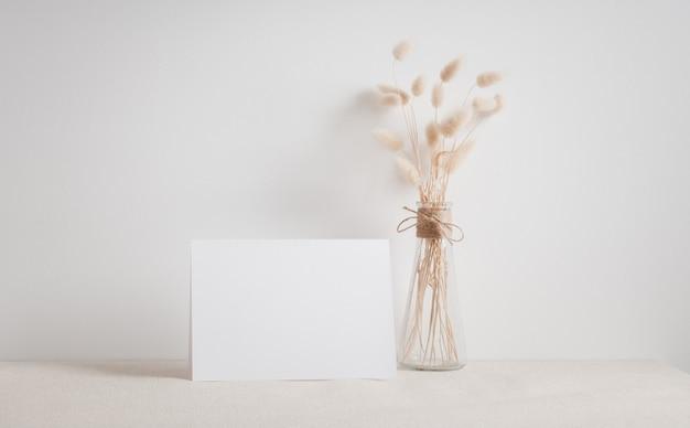 Cartão branco em branco simulado acima.