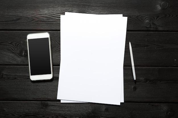 Cartão branco na mesa de madeira. retrato em branco a4.