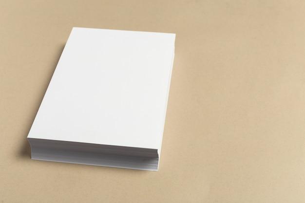 Cartão branco na mesa de madeira. retrato em branco