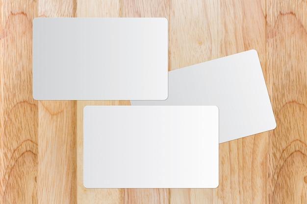 Cartão branco na mesa de madeira