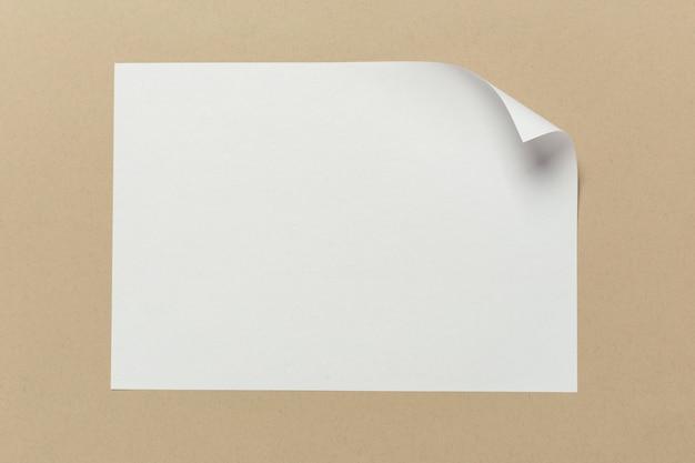 Cartão branco na mesa de madeira.
