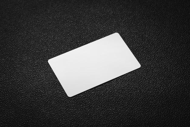 Cartão branco no fundo de couro escuro. cartão de visita em branco.