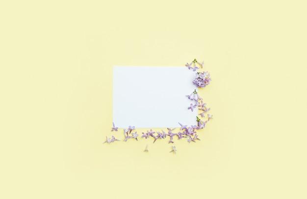 Cartão branco para desejos e parabéns por flores lilás na borda. dia das mães