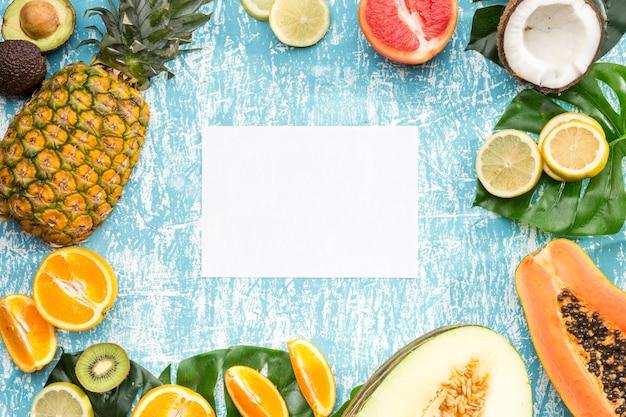 Cartão branco rodeado de frutas exóticas