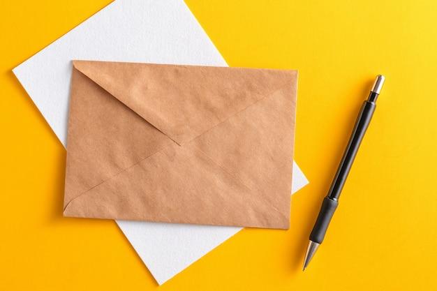 Cartão branco sujo com envelope de papel kraft marrom