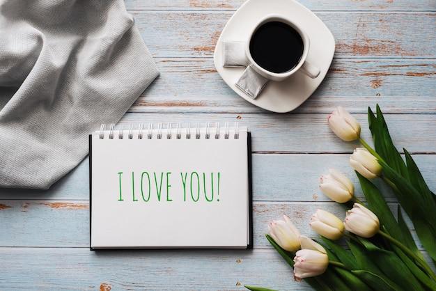 Cartão com a inscrição eu te amo
