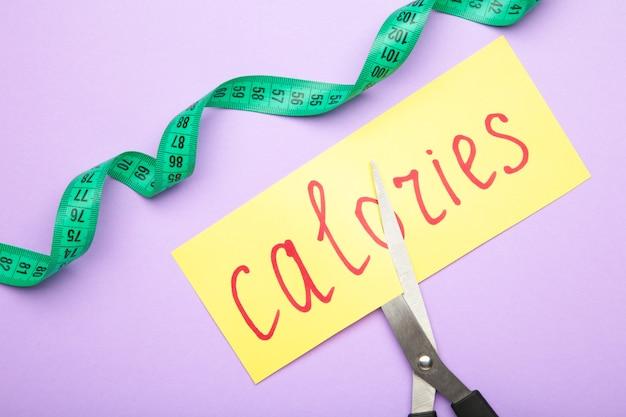 Cartão com a palavra calorias. cortando calorias. cortando calorias. vista do topo