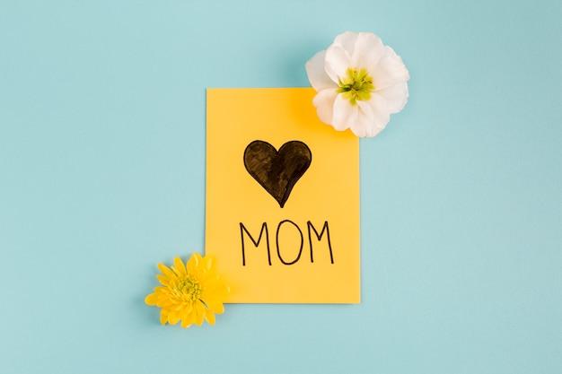 Cartão com coração perto de botões de flores