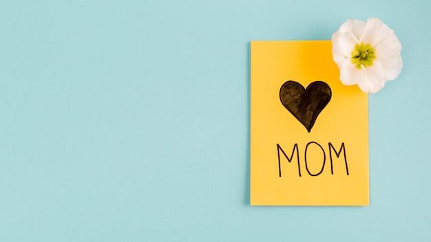 Cartão com coração perto de flor em botão