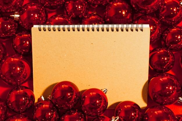 Cartão com enfeites de natal