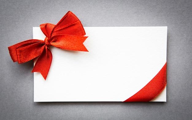 Cartão com fitas vermelhas arcos