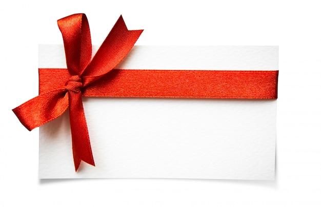 Cartão com fitas vermelhas curvas isoladas no fundo branco com cl