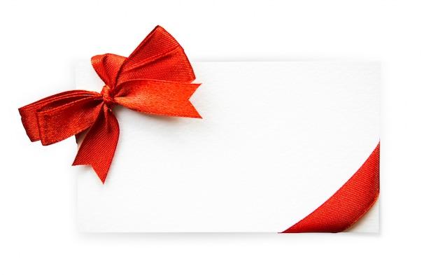 Cartão com fitas vermelhas curvas isoladas no fundo branco com cli