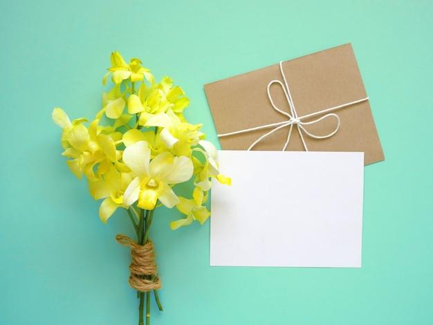 Cartão com flores da orquídea