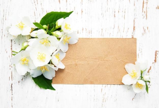 Cartão com flores de jasmim