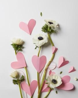 Cartão com flores e corações rosa no dia dos namorados