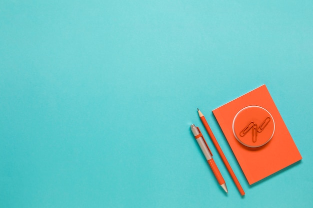 Cartão com material de escritório em fundo azul