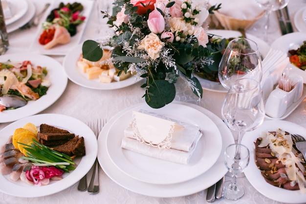 Cartão com o nome do convidado fica no prato