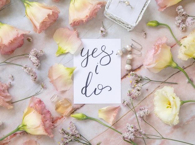 Cartão com o texto escrito à mão sim, entendi, rodeado por flores