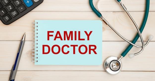 Cartão com o texto médico de família e estetoscópio
