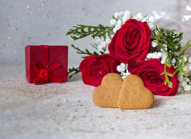Cartão com rosas vermelhas presente e biscoitos em forma de coração para dia dos namorados