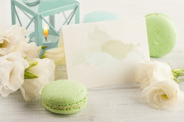 Cartão com salpicos de aquarela pastel, macaroons de verde azul