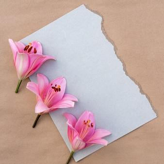 Cartão com um buquê de lírios cor de rosa com espaço de cópia para o design Foto Premium