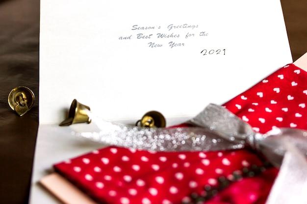 Cartão comemorativo de ano novo 2021, sino e envelope para presente com cartão comemorativo