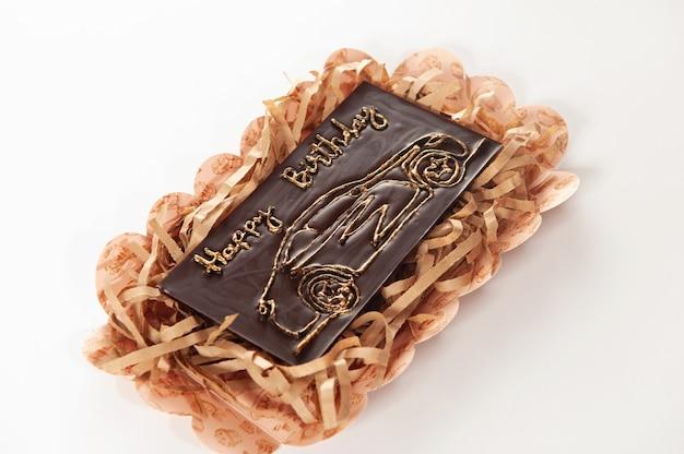 Cartão comemorativo de chocolate caseiro com ingredientes naturais com a inscrição feliz aniversário