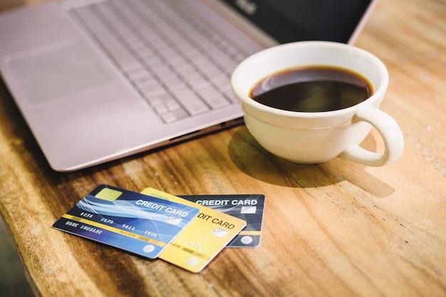 Cartão crédito, ligado, laptop, com, coffe