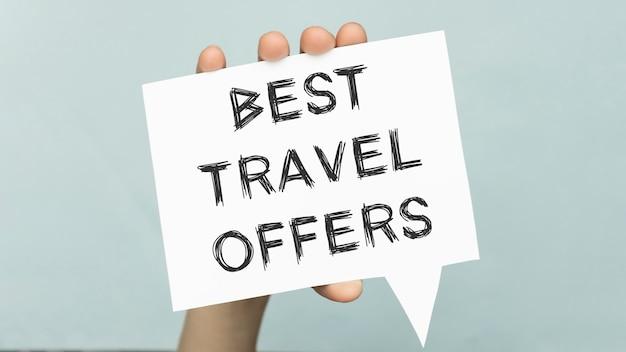 Cartão das melhores ofertas de viagens com fundo colorido com luzes desfocadas