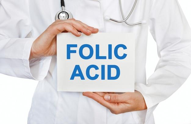 Cartão de ácido fólico nas mãos do médico
