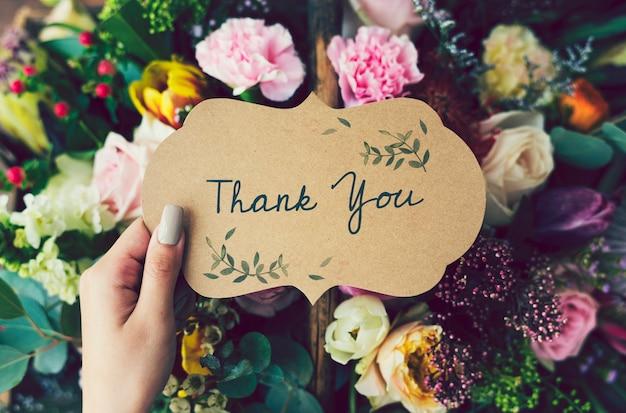 Cartão de agradecimento manuscrito com fundo floral
