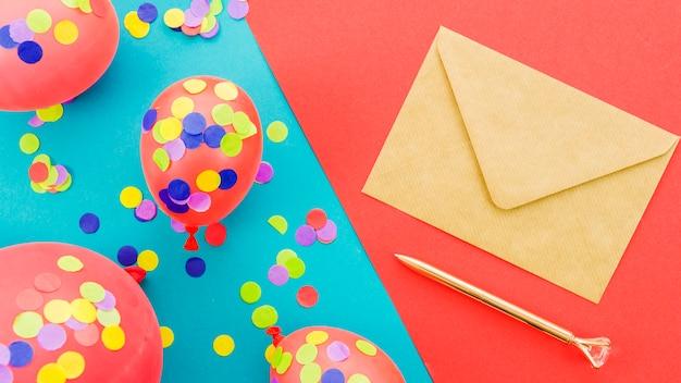 Cartão de aniversário com confete
