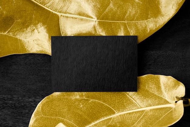 Cartão de aniversário em branco em folhas douradas