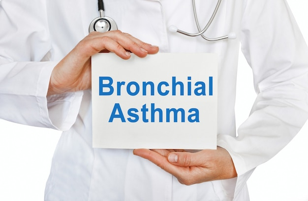 Cartão de asma brônquica nas mãos do médico