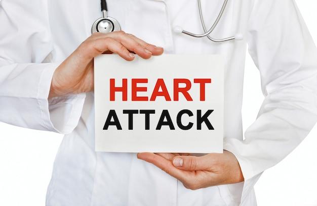 Cartão de ataque cardíaco nas mãos do médico